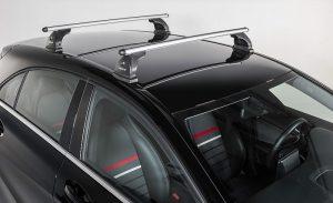Smuči na streho avta in hop na smučanje